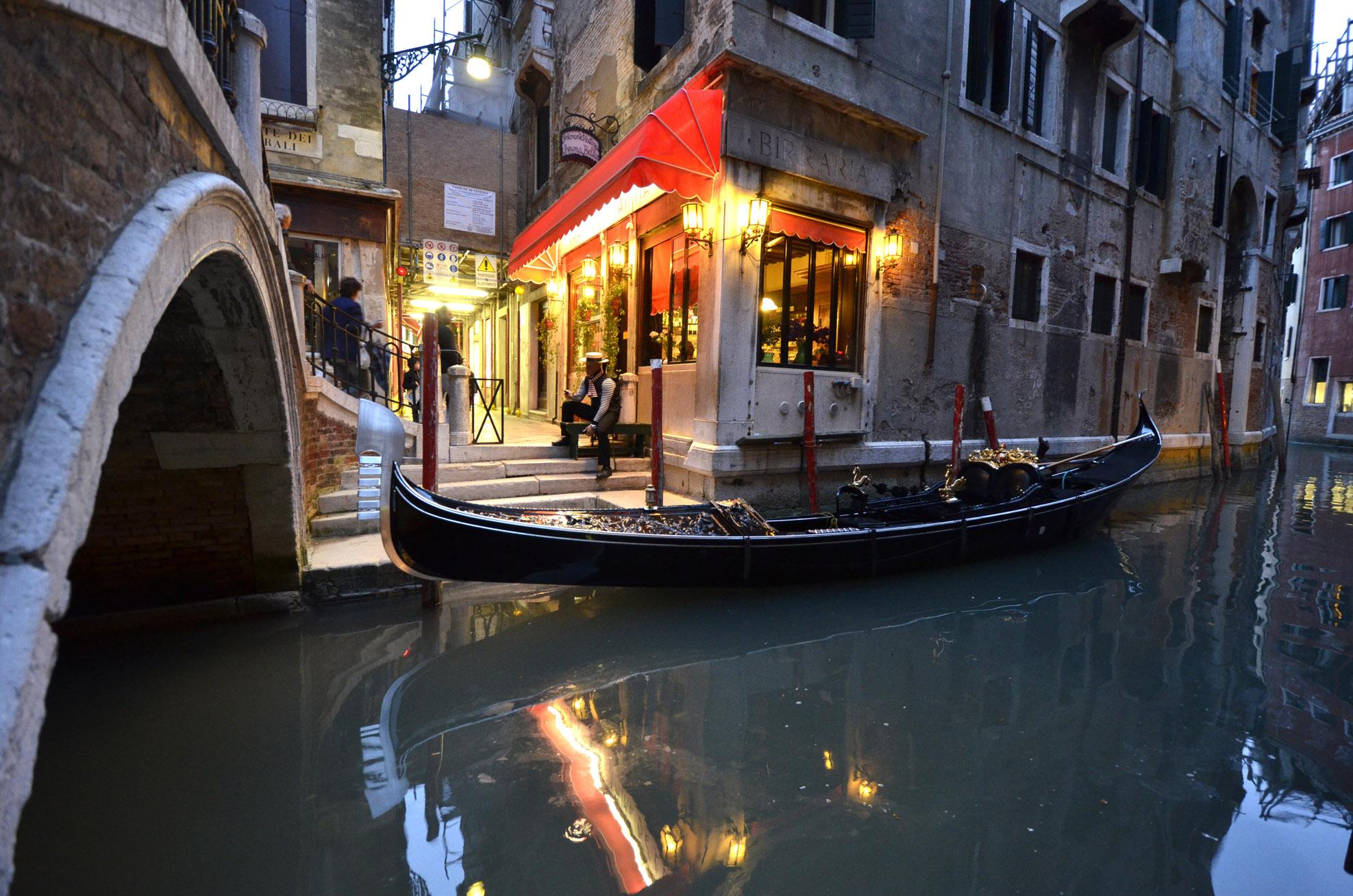 Gondolier Venice sm DSC1829