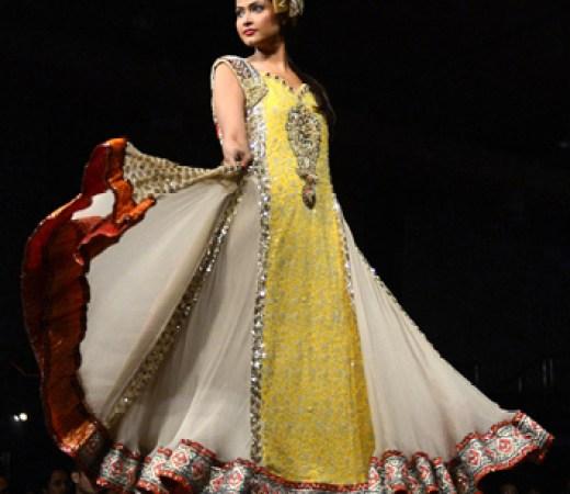 2013-karachi-fashion-week-model ramp walk picture