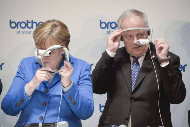 Angela Merkel und Johann Schneider-Ammann begutachten die neueste Technik an der CEBit. Imago.