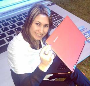Carolina Escobar de Intel mostrando la nueva Lenovo Yoga, una Ultrabook convertible a Tablet