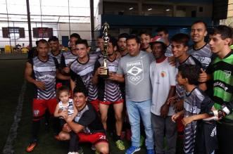 Diretor Paulo Cesar Cardoso(Paulinho),com a equipe do Petrópolis, campeã do torneio.