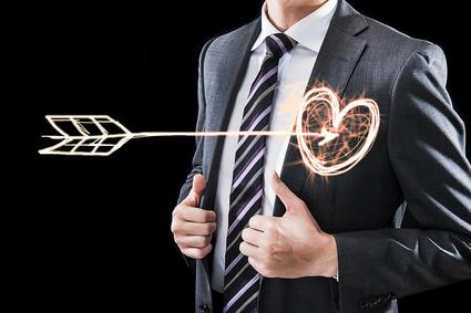 心臓を射抜かれたビジネスマン,ハートマークと矢