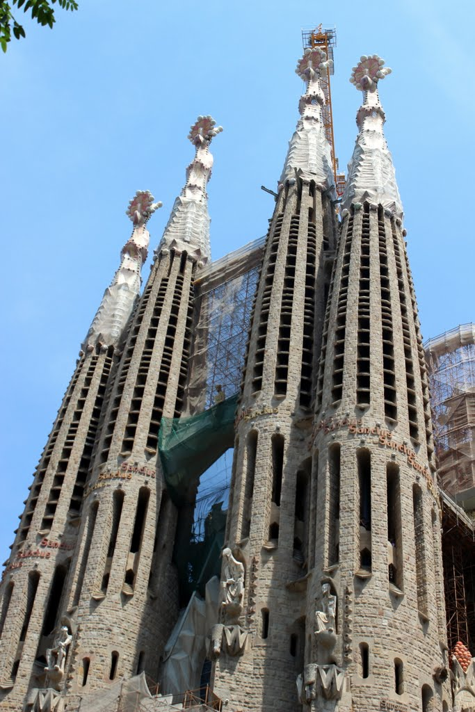 architect antonio gaudi The combination of original design, interesting shaped stonework, and vibrant colours in gaudi's work give the viewer a truly breathtaking visual experience la sagrada familia by antonio gaudi la sagrada familia is one of gaudi's most famous works in barcelona.