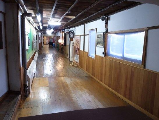 歴史を感じるこの廊下。歩くと軋みます(笑)