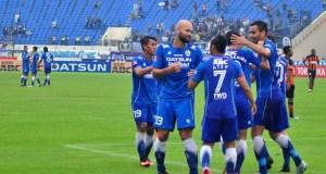 Pemain Persib merayakan gol pertama yang dicetak Sergio van Dijk, saat mengandaskan Perseru Serui, di Stadion Si Jalak Harupat, Rabu (30/11). (istimewa for jabartoday)