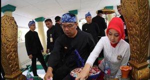 Wali Kota Bandung Ridwan Kamil bersama sang istri berziarah ke makam para pendiri Kota Bandung, Rabu (21/9).