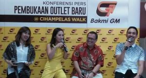 "Budi Purnama, General Manager Operational Bakmi GM (tengah kana) & Melissa Karim, aktris sekaligus presenter dan spokeperson Bakmi GM (tengah kiri) saat Launching NEW Outlet Bakmi GM: ""Singkuring Parantos Aya di Cihampelas Walk"", Rabu (1/7/2015)"