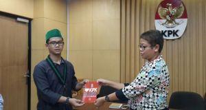 """Ketua Umum HMI Cabang Bandung Ganjar Darussalam menyerahkan flyer """"I Love KPK, Buang Saut Situmorang"""" (foto: humas hmi bandung)"""