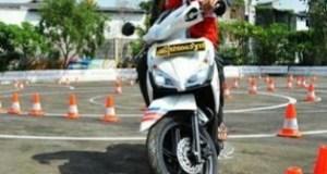 Pemohon SIM mengikuti ujian praktik di Mapolrestabes Bandung.
