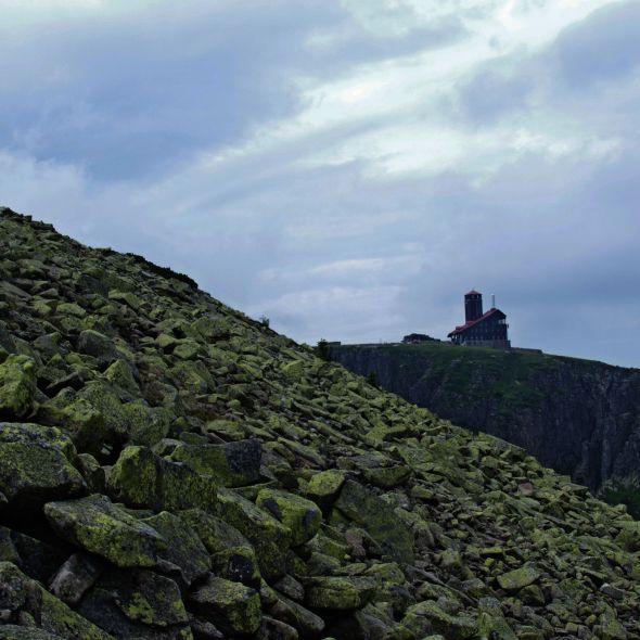 Jest to najwyższy granitowy szczyt Karkonoszy pokryty gołoborzem, przez które  po północnym zboczu, wiedzie dość wygodny szlak wybudowany pod koniec XIX wieku. Zimą ten trawers jest zamknięty.
