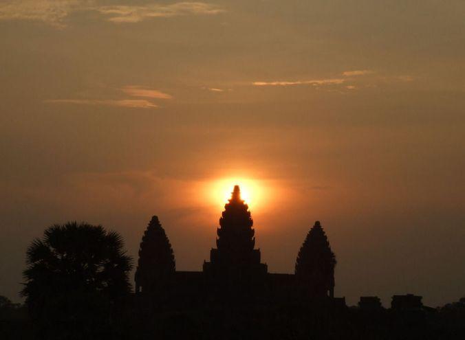 800px-Sunrise_at_Angkor_Wat