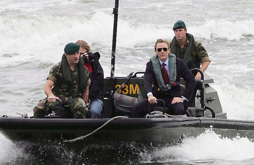 Daniel Craig arrive en bateau escorté par la Royal Navy