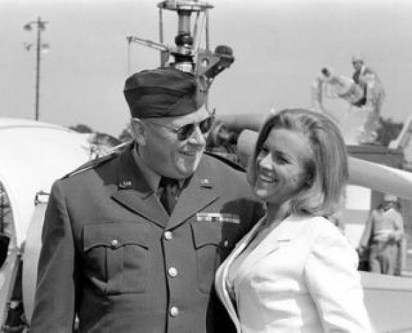 goldfinger_gert_frobe_and_honor_blackman_on_location