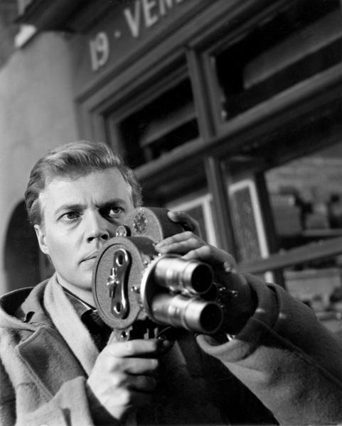 """Der Psychothriller """"Peeping Tom"""" hatte 1960 Premiere - eine erschütternde Erfahrung für den Hauptdarsteller Karlheinz Böhm. Das Publikum und die Kritiker hassten den Film. Böhm und Regisseur Michael Powell waren jedoch überzeugt von dem Stoff. Sie sollten recht behalten. Während sich wohl niemand heute an die vernichtenden Zeitungskritiken erinnert, ist """"Peeping Tom"""" einer der wichtigsten Filme des 20. Jahrhunderts und der Lieblingsfilm von Starregisseur Martin Scorsese."""