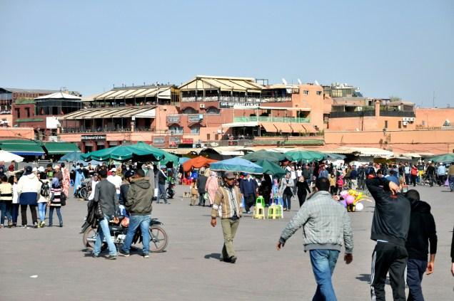 Dżamaa al-Fina/Dżemaa el-Fna/Jamee el Fna. Jak zwał, tak zwał, grunt, że stanowi serce Marrakeszu.
