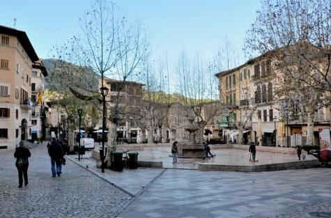 """A to Soller. Miasteczko w kotlnie Vall de Soller, otoczone górami, gajami oliwnymi i sadami pomarańczowymi. Tu Placa de la Constitucio, a my mieszkaliśmy """"za winklem""""."""