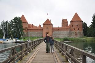"""Wyspa zjaduje się na jeziorze Galwe (Głowa). Do zamku prowadzą dwa mosty przez sąsiednią wyspę """"tranzytową"""".."""