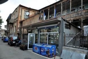 Są w Tbilisi zrujnowane kamienice, ale nowoczesny sklepik z pepsi prosperuje w każdej dzielnicy.