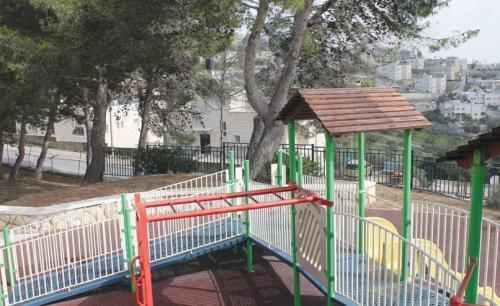 The danger of division and exposure to light-weapons fire: a playground in East Talpiot abutting Abu Rabia Street in Jebel Mukaber. (Photograph: Ariel Shragai)