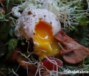 Jajko w koszulce podane na botwince