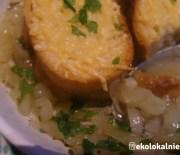 Wolno gotowana zupa cebulowa z winem i grzankami z serem