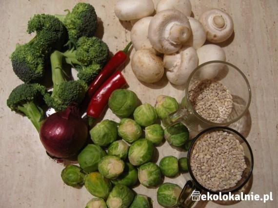 Kasza pęczak ze smażoną brukselką, pieczarkami i brokułem