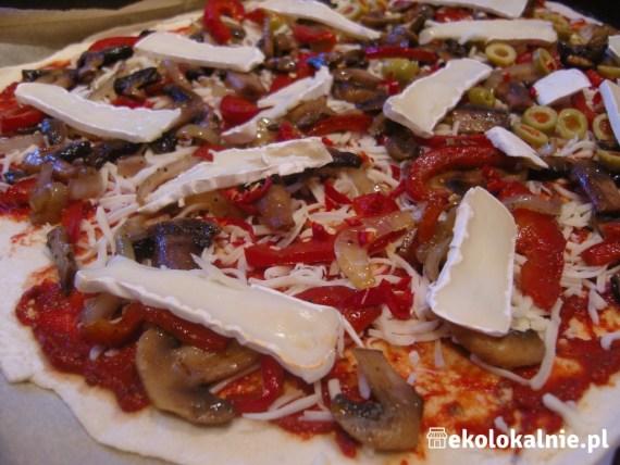 Pizza z camembertem, pieczarkami, paprykami i innymi pysznościami