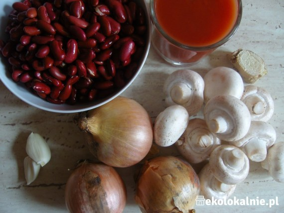 Fasola czerwona z cebulą i pieczarkami