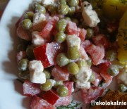 Sałatka z pomidorów, groszku i fety