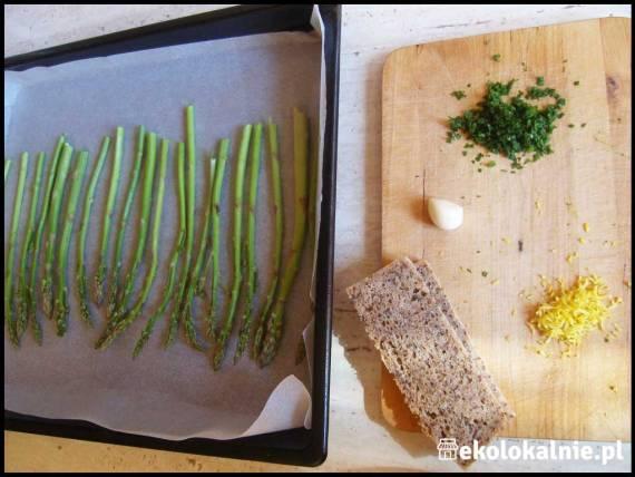 Szparagi z gremoladą i okruchami chleba