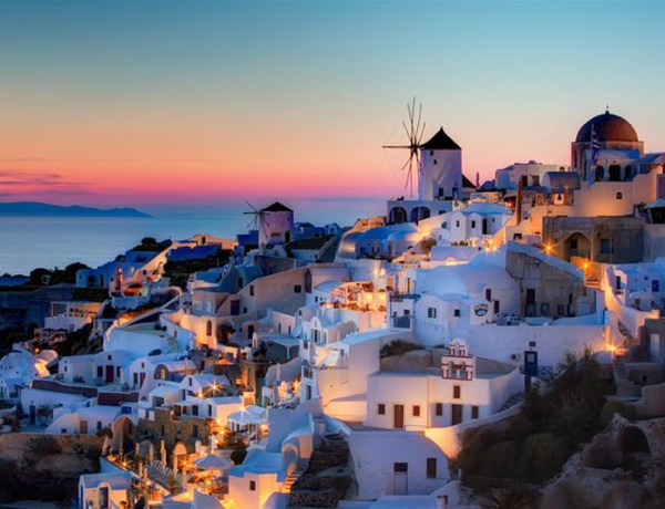 Turquoise water against white stones and high cliffs, Santorini in the Greek Isles is on the top of the list of many wedding planners' destination. And they're spot on!