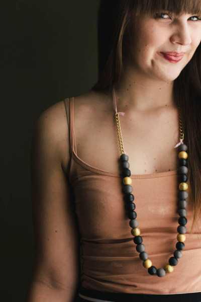 wood-bead-glitter-necklace-tutorial
