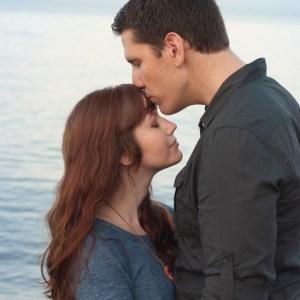 couple-forehead-kiss