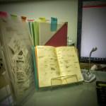 寝ている書類を100円グッズで立たせてみたら、机の上が超スッキリ!