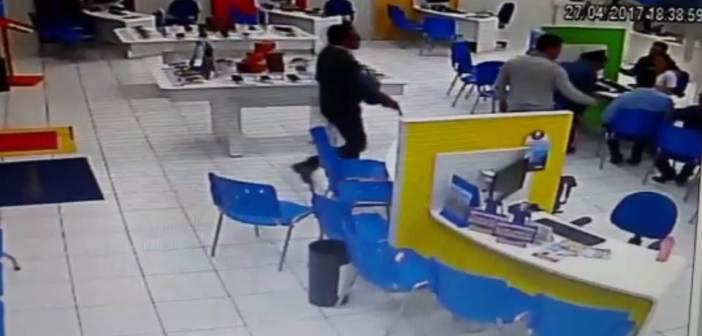 Bandidos roubam aproximadamente R$ 100 mil em celulares em Astorga