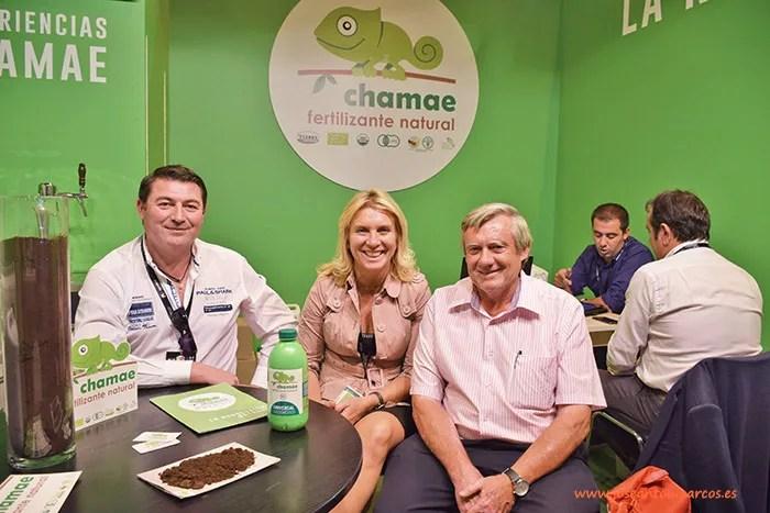 José Yepes y Elena Campillo con el agricultor Miguel Domingo. Chamae y la agricultura