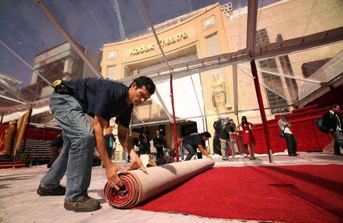 """Последние десять лет нейлоновый ковер для """"Оскара"""" предоставляет компания American Turf & Carpet."""