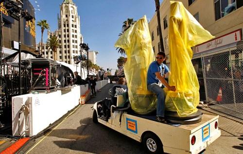 """А за неделю до шоу Голливудский бульвар перекрывается полностью: пора расставлять гигантские статуи """"Оскаров"""", украшать все цветами и стелить красную ковровую дорожку."""