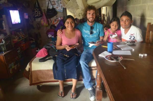 Мой друг в Гватемале помог мне найти волонтерский проект, а в свободное время мы навещали бедные семьи и помогали им. Это не была материальная помощь, мы делали то, что было нужно в тот момент: помочь поставить парник, позаниматься с детишками, приготовить что-нибудь семье. На фотографии мой друг из Новой Зеландии с Марией и ее детьми