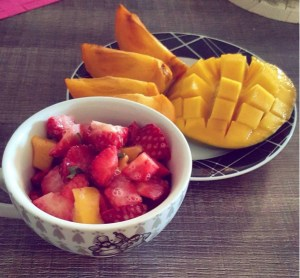 Mangue, kaki, salade de fraises