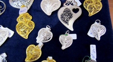 Delicate filigree Portuguese hearts in gold and silver at O Canto in Porto