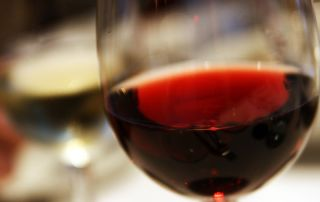 Fuente: https://commons.wikimedia.org/wiki/File:Red_wine_closeup_in_glass.jpg