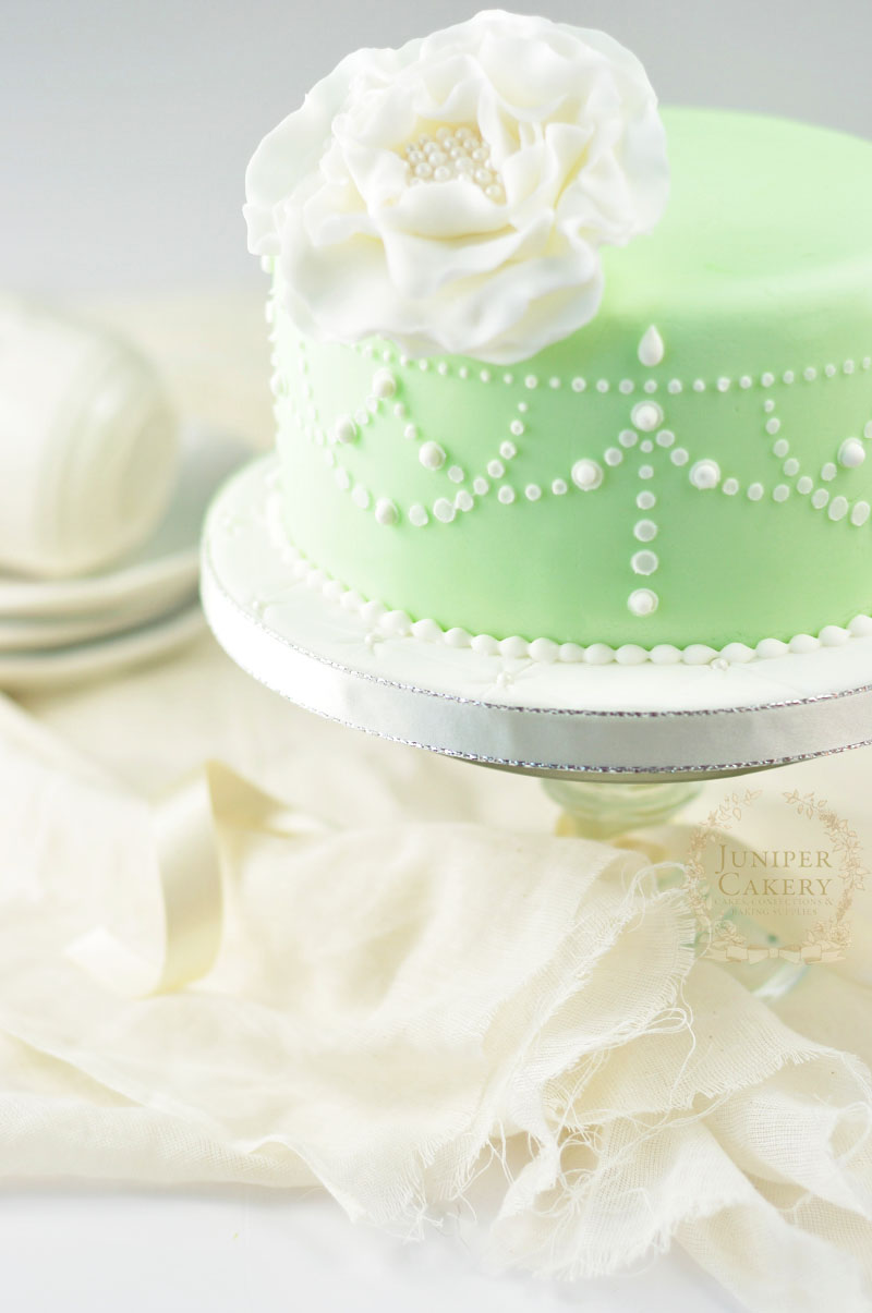 How to stencil with royal icing by Juniper Cakery