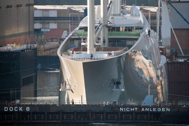 """Sailing Yacht A"" er tegnet af den kendte designer Philippe Starck. Foto: Christian Charisius/picture-alliance/dpa/AP Images."