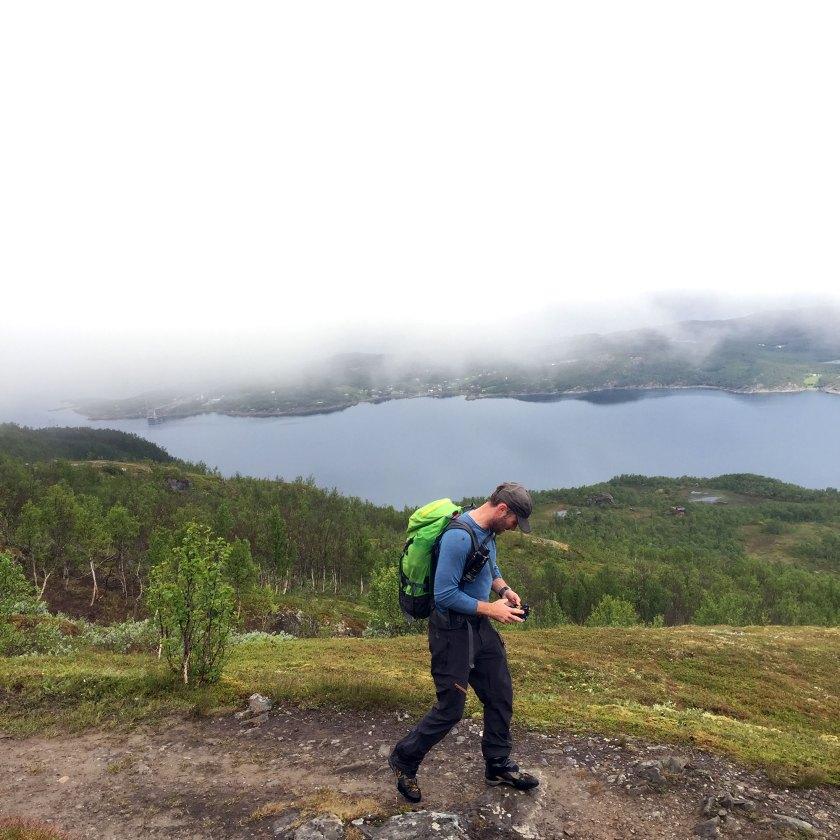 Helge Kaasin på vei oppover med Rombaksfjorden i bakgrunnen. (Foto: Marianne Wahlstrøm)