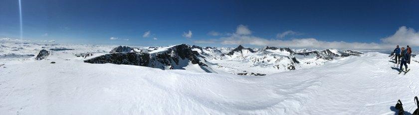 Fra toppen på Austre Kalvehøgde (2178 moh.) med utsikt mot Midtre Kalvehøgde (2122 moh.) og Vestre Kalvehøgde (2208 moh.).