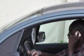 Usage du téléphone portable au volant : une pratique dangereuse banalisée à Conakry