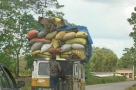 Environnement-axe Boké-Conakry: quand des remorques, camions benne et minibus se talonnent dans le transport du charbon