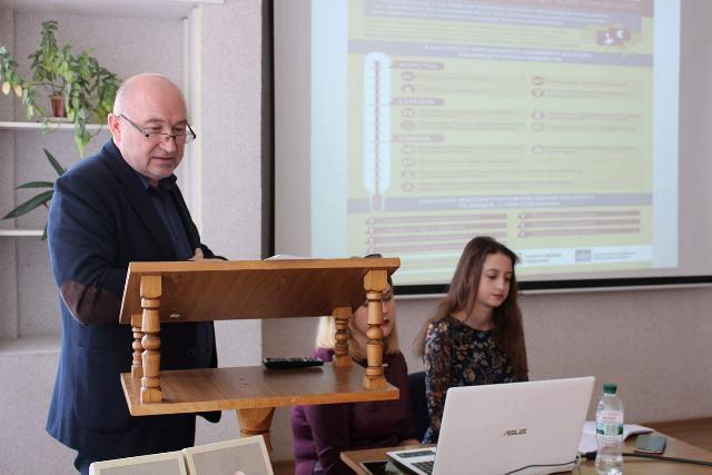 Олександр Казимирович Вільчинський розповідає присутнім про те, якою буває мова ворожнечі