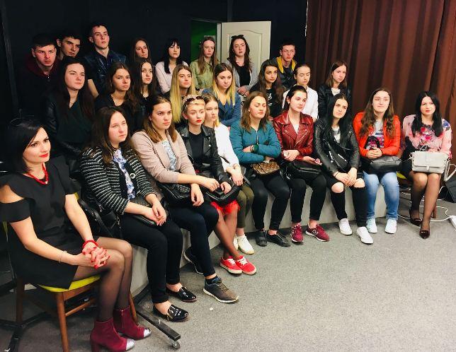 Студенти слухають розповідь